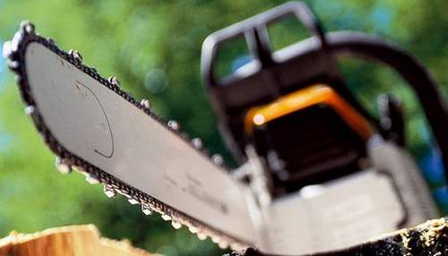 How much oil is needed in a chainsaw