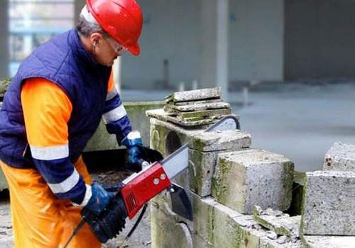 How to Choose a Cordless Chainsaw