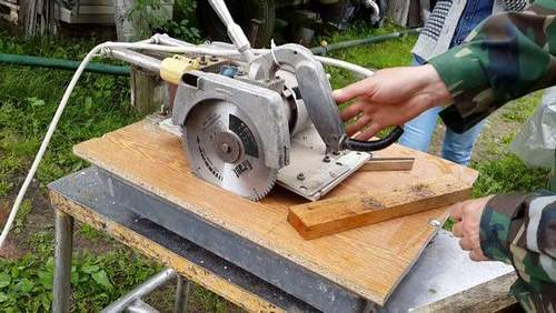 How to Make a Cross Cut From a Circular Saw