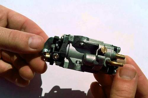 How to Set a Carburetor On a Trimmer