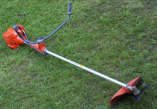 How to Use a Grass Trimmer Properly